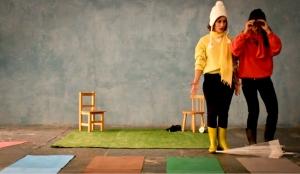 """mos cazar un oso"""", un clásico da literatura infantil de Michael Rosen e Helen Oxenbury, é a obra na que se inspira a sesión de contacontos deste venres, a partir das 18:30 horas, en LIBROS PARA SOÑAR. A partir deste relato, a actriz María Costa, do grupo Malvamos Teatro, e a intérprete de lingua de signos Aránzazu Casas, de AZ Lengua de Signos, representarán unha versión moi especial da obra, co título """"Imos buscar un abeto"""", na que lingua de signos e lingua oral se mesturan simultaneamente."""